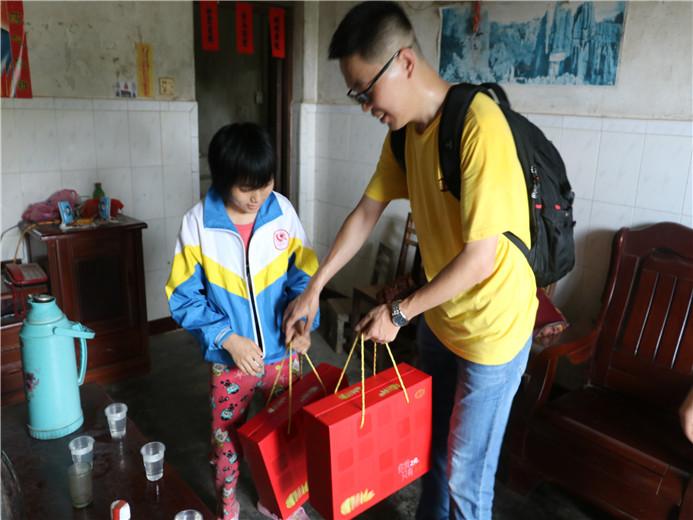 嘉人们向困境儿童家庭送上爱心礼品
