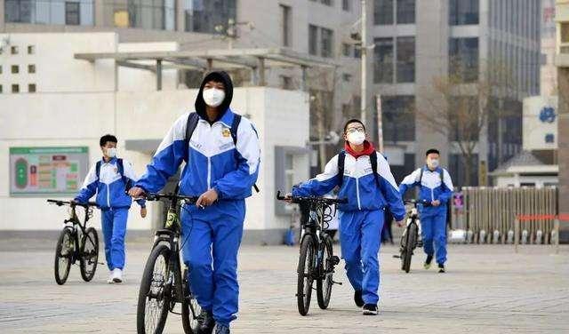 学生陆续返校上学