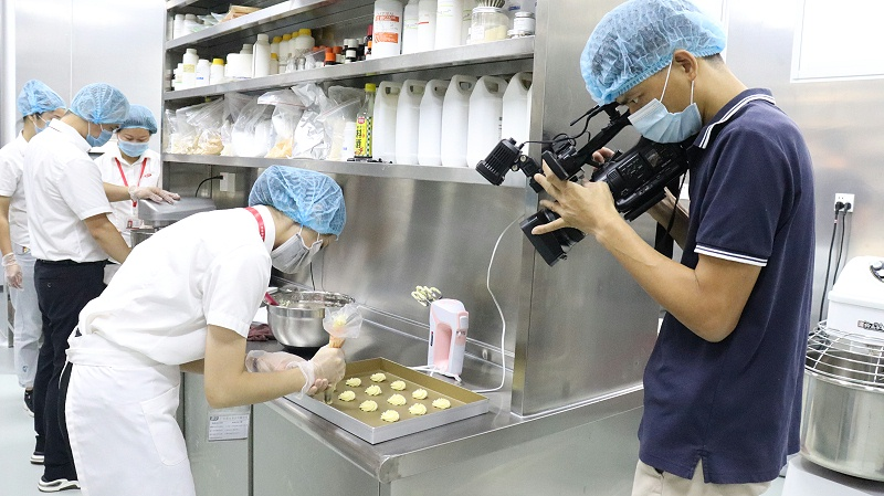 石碣新闻记者采访嘉友食品 (1)