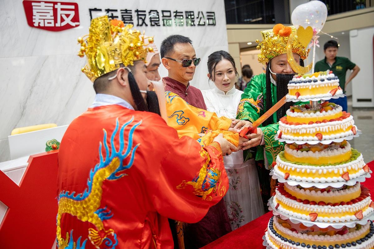 """""""福禄寿""""与陈景超先生何映璋共同切开庆祝蛋糕"""