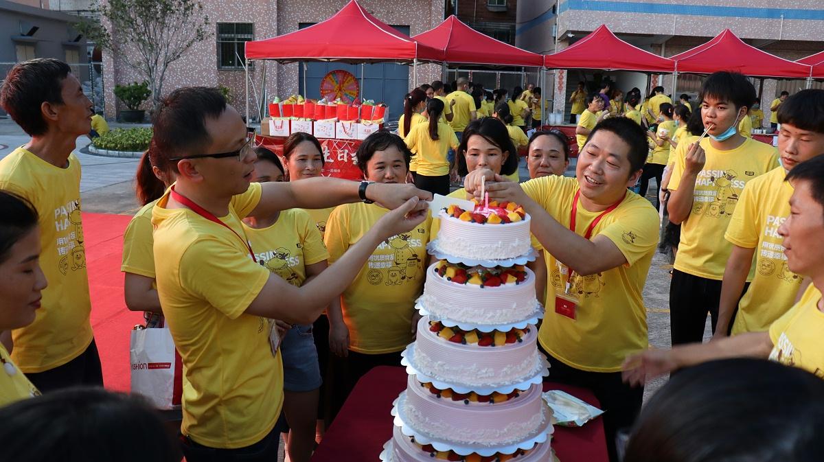 嘉人们分享美味的生日蛋糕