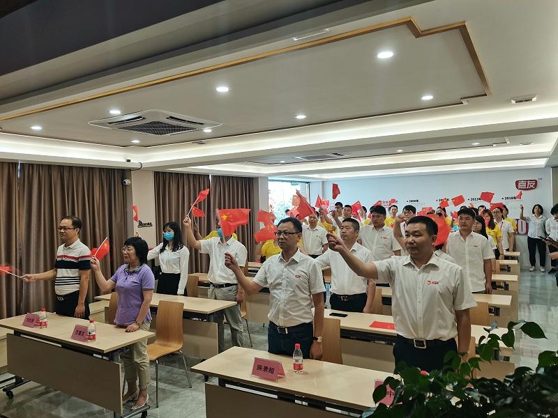 石碣镇总工会与广东嘉友食品有限公司一同观看东莞市第六届合唱节启动仪式并同唱《没有共产党就没有新中国》 (3)