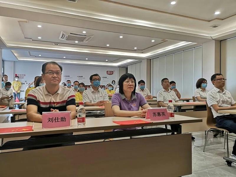 石碣镇总工会与广东嘉友食品有限公司一同观看东莞市第六届合唱节启动仪式并同唱《没有共产党就没有新中国》